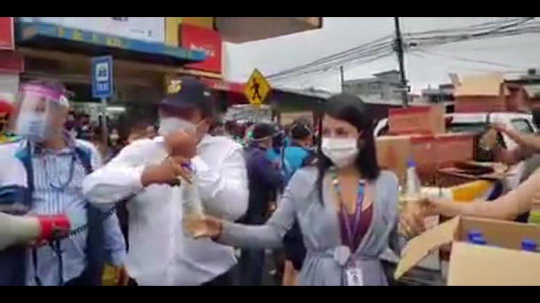 Alcalde de Santo Domingo (Ecuador) regala CDS a la población.