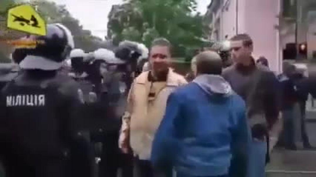 POLICIAS SE NIEGAN A AGREDIR A SU GENTE EN UCRANIA