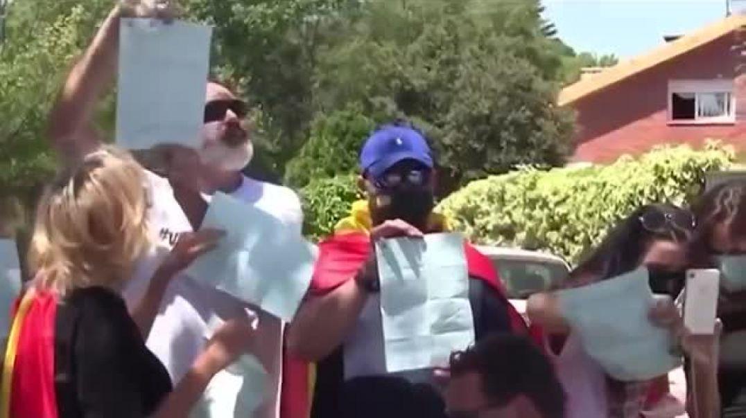 Manifestantes en Casaplon Pablo iglesias Galapagar