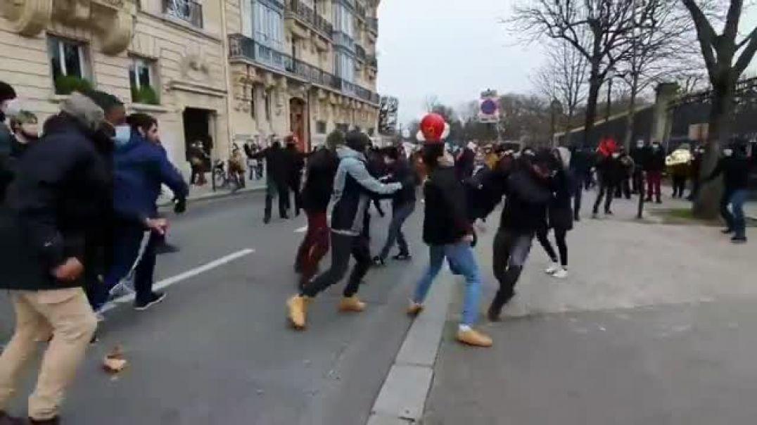 ⛔PARIS HOY: Los cachorros de ANTIFA sembrando violencia en las calles de Paris