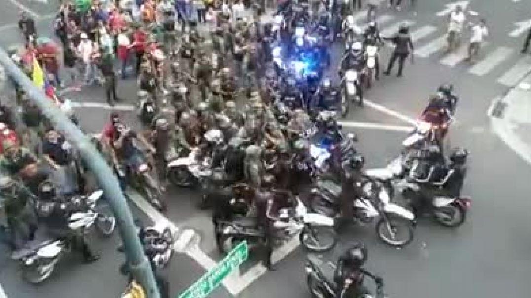 El pueblo es defendido por el ejército ante la presión de la policía.