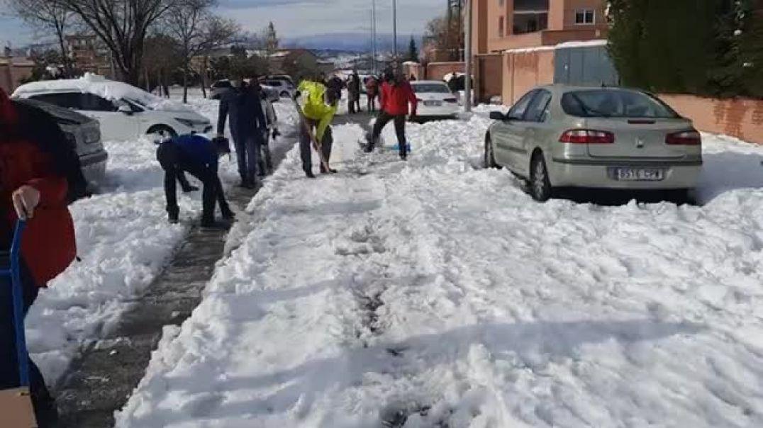 Ciudadanos quitando nieve...  ¿Donde esta UME y demás militares?