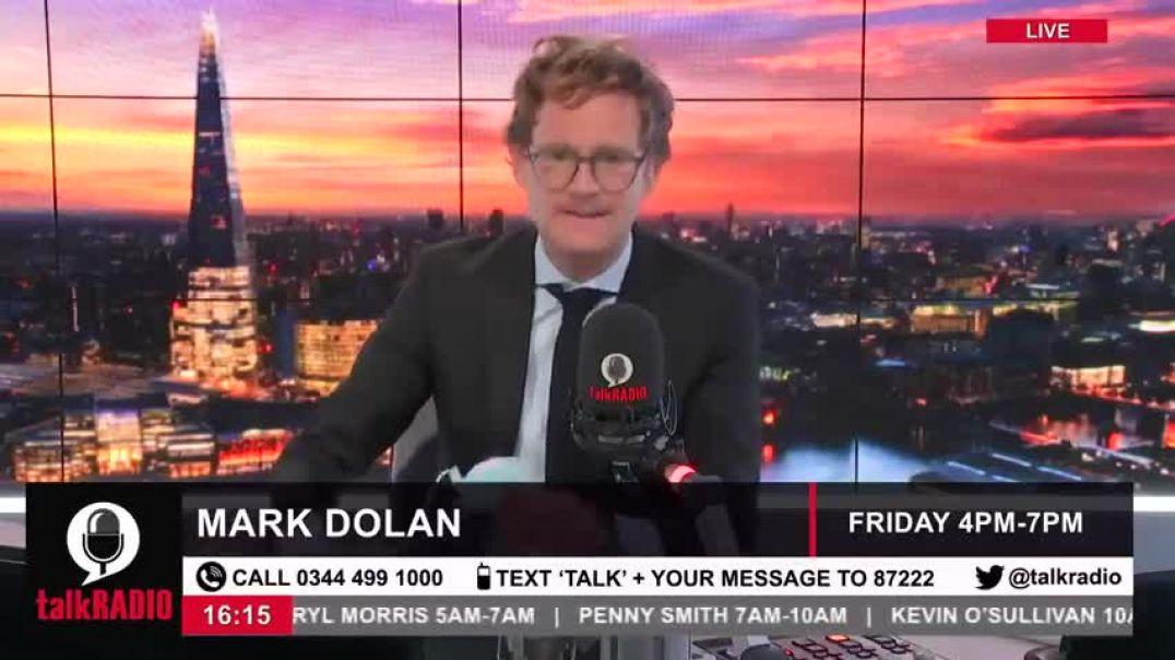 El presentador de televisión inglés Mark Dolan cortó la mascarilla en vivo.