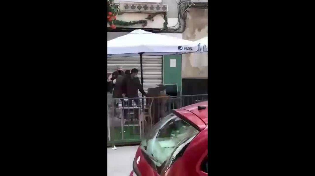 DOS POLICÍAS FUERA DE SERVICIO APALIZAN A 2 PERSONAS | VIRALÍZALO