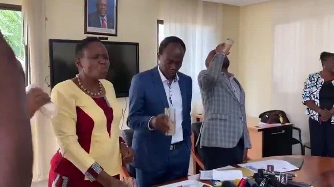 Ministra de sanidad de Tanzania. Sin Mascarilllas. Limón y Gengibre.