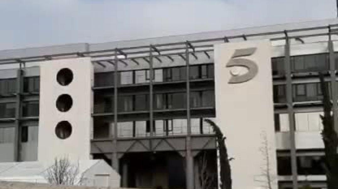 El show de la Pilarica repartiendo estopa en la puerta de Telecirco5