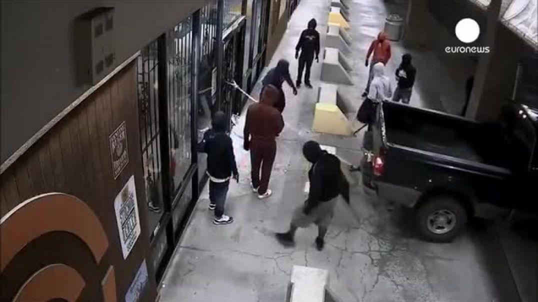 BLM. Antifas saqueando una tienda de armas.