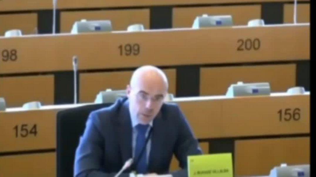 Eurodiputado defendiendo el derecho de los padres para elegir el tipo de educación.