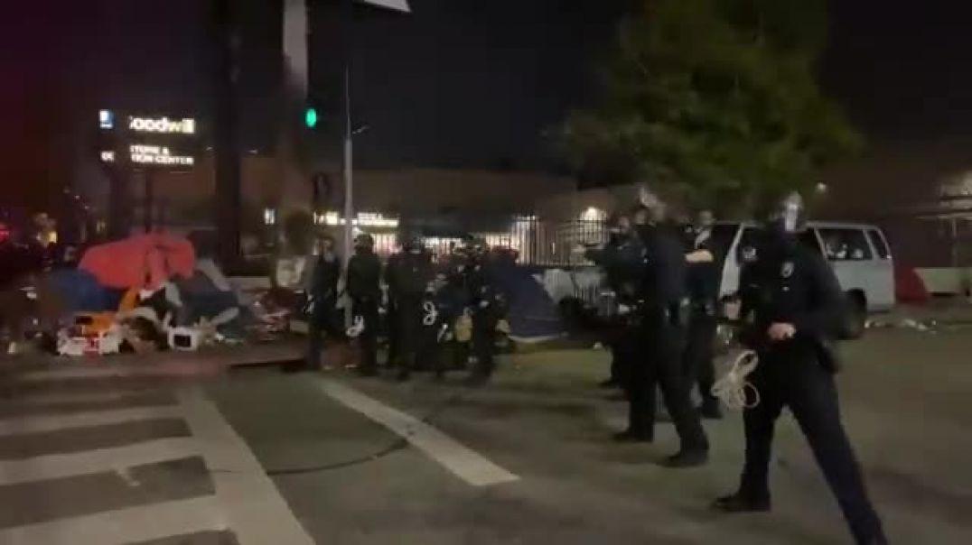 ⛔L.A. pelea con policías, un policía es golpeado con una computadora lanzada por un Antifa.