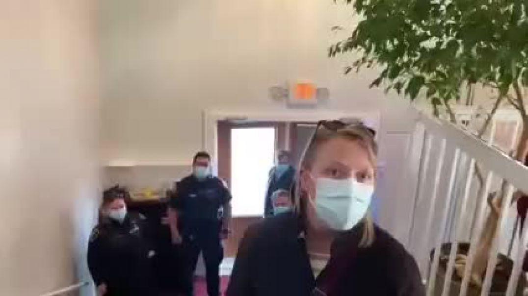 """Pastor canadiense ofrece """"su respeto"""" hacia la policia  exulsandola de la iglesia"""