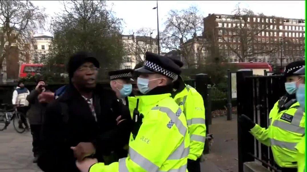 Detenido por abrazar a la gente en Hyde Park.