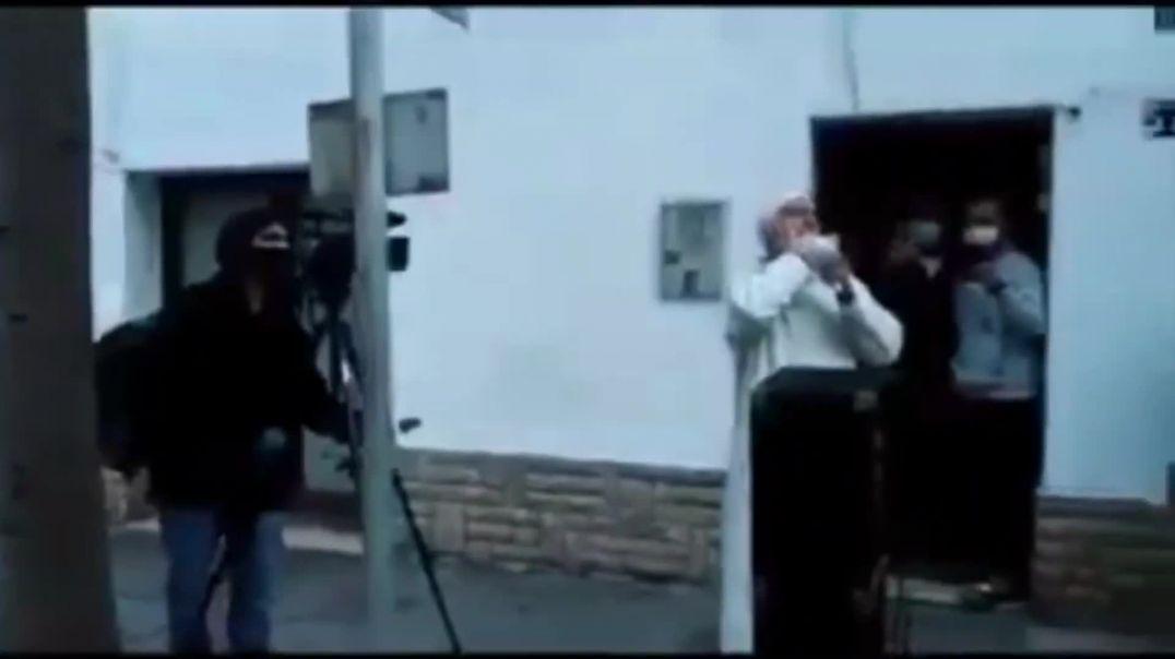 El Vendrell, musulmanes celebran la oración en la calle durante el confinamiento.