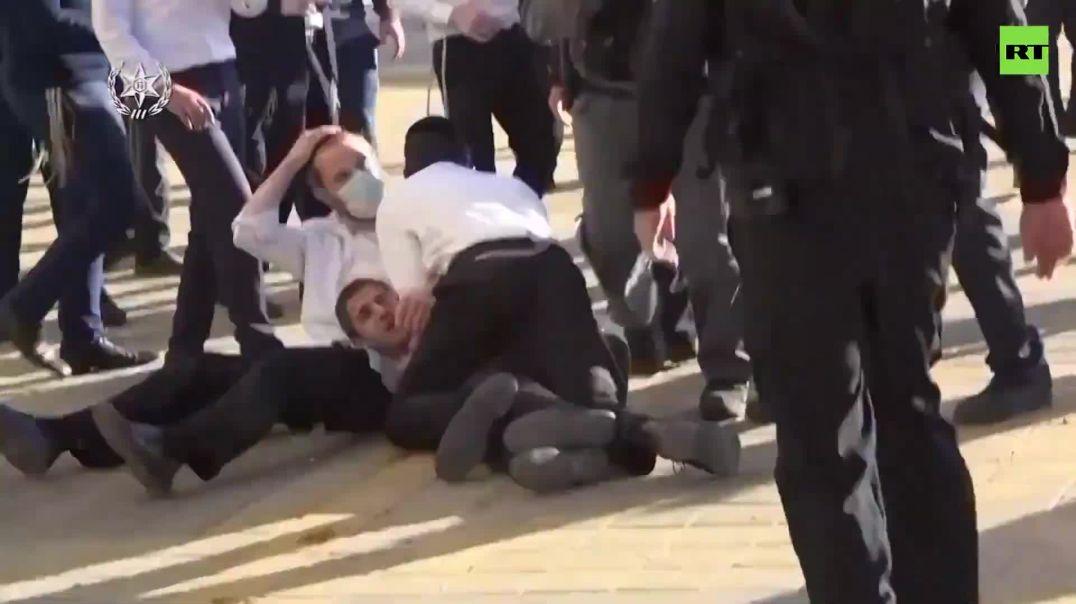 Judíos ortodoxos se enfrentan a la policía.