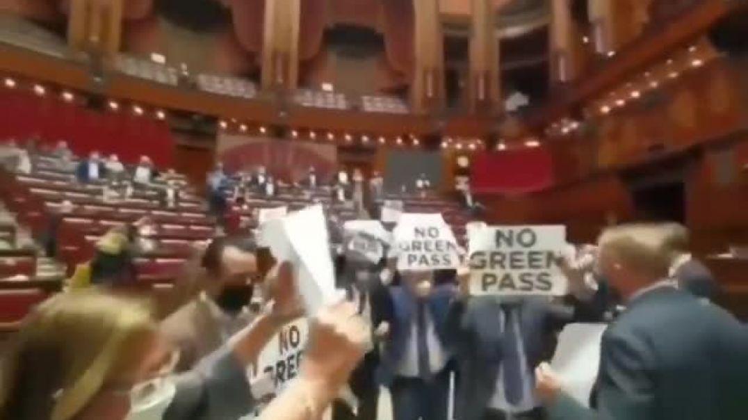Diputados italianos se rebelan contra el pase verde y ocupan el Parlamento.