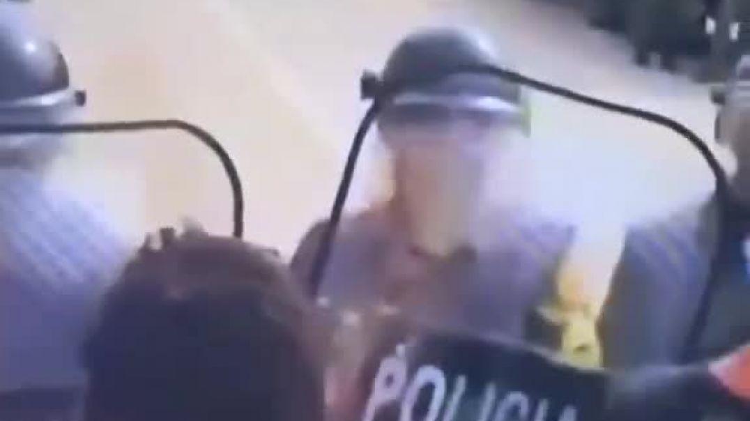 NIÑOS USADOS POR LA POLICIA COMO ESCUDO HUMANO EN CUBA. NO TENGO PALABRAS PARA LO QUE VEO.??