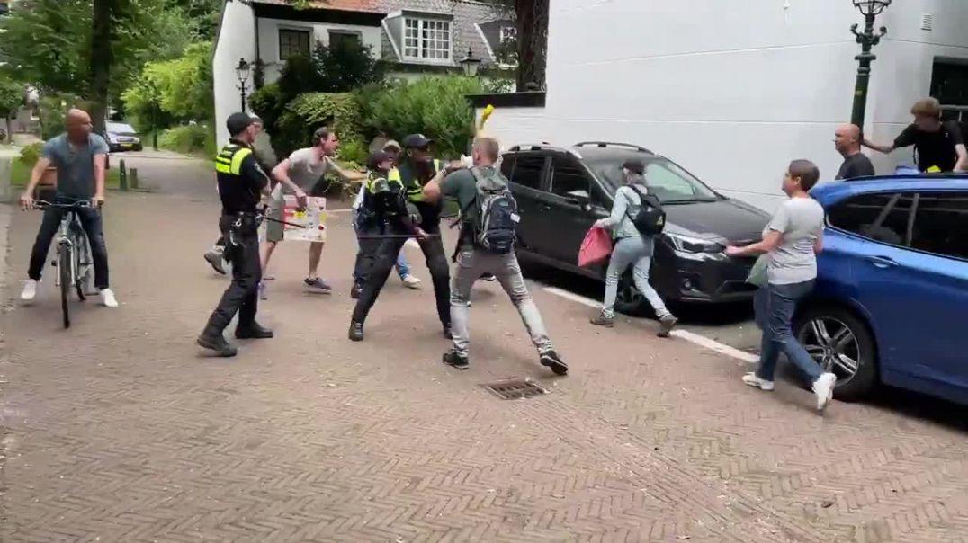 Holanda... La gente se empieza a rebelar ante su dictadura político sanitaria.