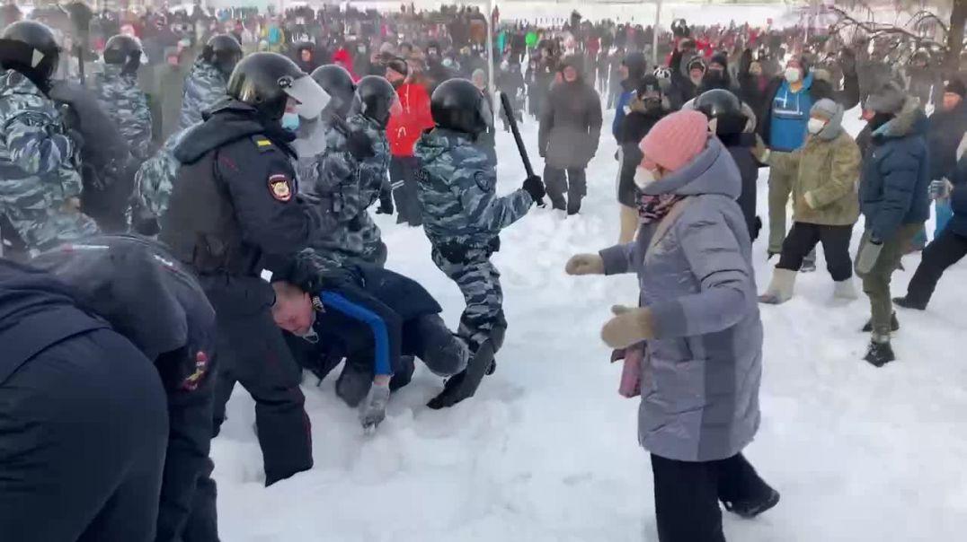 Rusia... Mires donde mires, solo se ve represión y violencia policial.