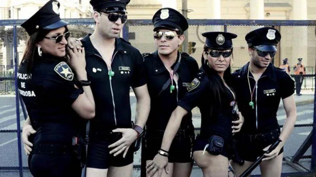 """Policías orgullosos de su """"orgullo""""... dando la nota, para no variar."""