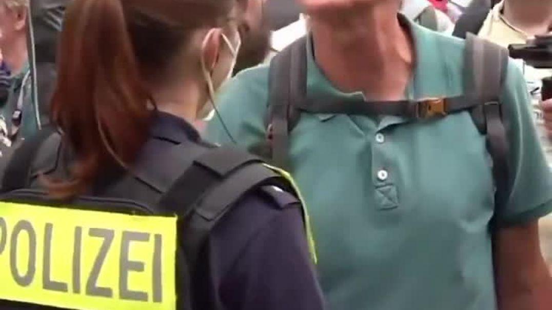 Los Violentos Perros Adoctrinados del Sistema... ¡Vergüenza me daría, ser policía!