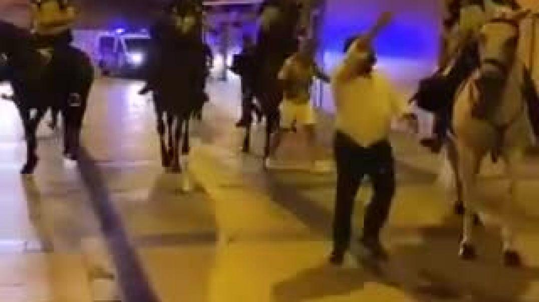 Si son una ¡Puta Policía de Mierda!... Entonces ¿por qué se lo permitís?