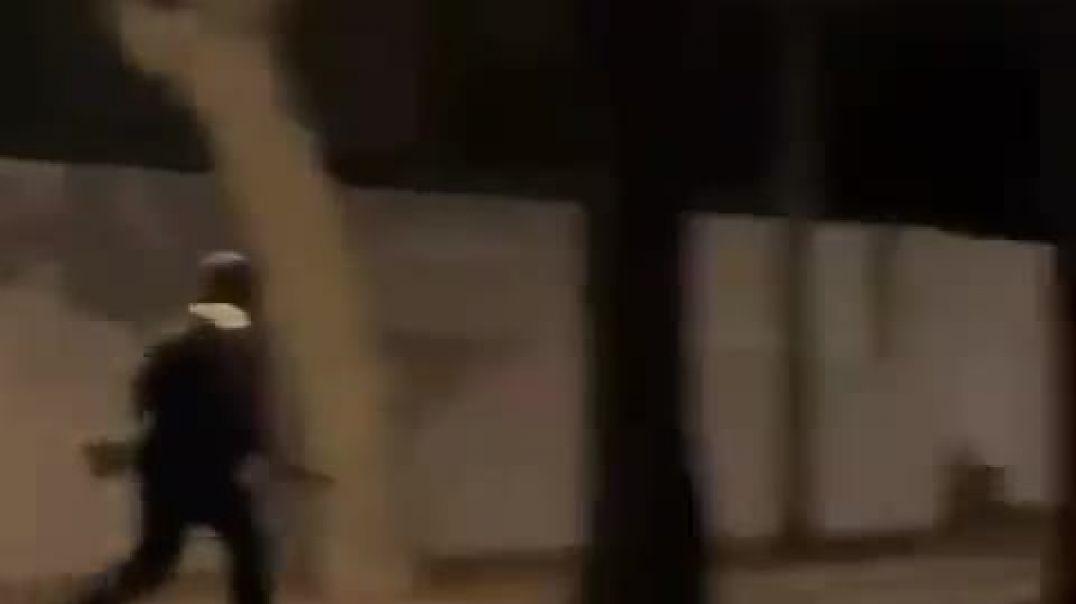 Cobardes policías españoles salen huyendo como ratas que son.