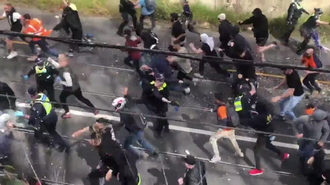 Australia se harta de la Plandemia... Policías disparando como si fueran un pelotón de ejecución.